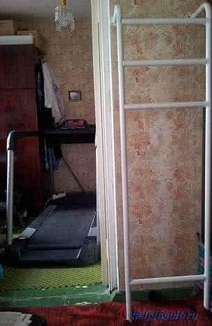 Упражнения после инсульта у шведской стенки.