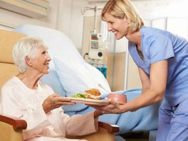 Питание больного человека после инсульта в первые дни