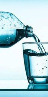 naliv-mineralnoi-vodi-v-stakan-e1472801995382